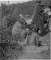 Tre personer som sitter ner och två som står. Gran Chaco. Bolivia - SMVK - 003596.tif