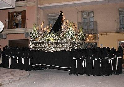Trono con la imagen de Nuestra Sra. de la Soledad portado a hombros por 40 costaleros el Miercoles Santo 2007
