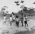 Tropenmuseum Royal Tropical Institute Objectnumber 20007619 Schoolkinderen in Bigiston.jpg