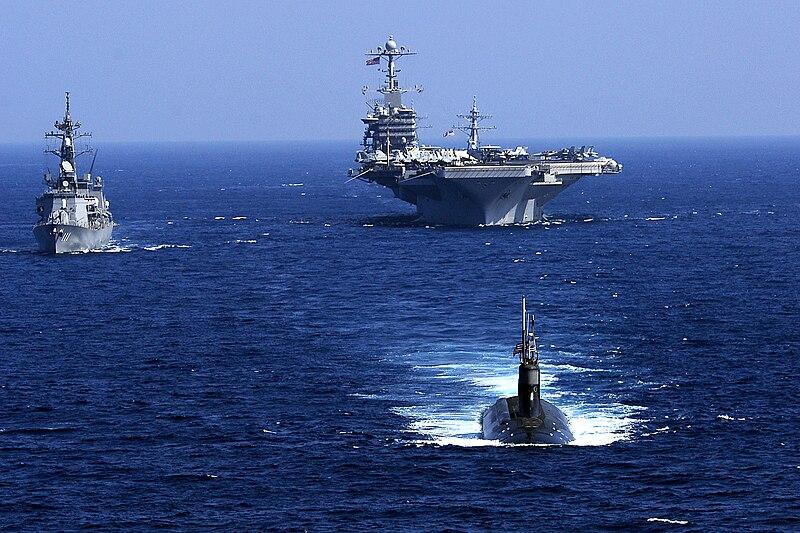 موسوعة غواصات البحرية الامريكية بعد الحرب العالمية الثانية بالكامل 800px-USS_Seawolf_%28SSN-21%29_with_carrier%2C_japanese_destroyer
