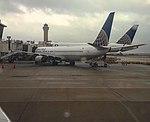 Un Boeing 737 y 777 de United en la Terminal E de IAH.jpg