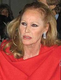 Ursula Andress i Somerset House 2004.