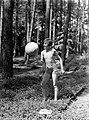 Van der Polls stiefdochter Hans speelt met een bal in een bos op de Veluwe, Bestanddeelnr 189-0505.jpg