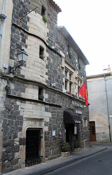 Vias (Hérault, Languedoc-Roussillon) Le restaurant Le Vieux Logis au 25 rue de la République, établi dans une maison du XIIIe siècle, ancienne demeure des évêques d'Agde.