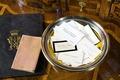 """Visitkort på skrivbord. Utställningen """"Smak av svunnen tid"""" år 2007 - Hallwylska museet - 86326.tif"""