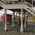 Voetgangersbrug, middelste gedeelte van trap, detail bevestiging aan perron - Geldermalsen - 20341766 - RCE.jpg