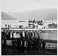 Weitere U-Booten machen fest, de Besatzungen werden von den Mädchen der RK-Dienststelle begrüsst (6983646198).jpg