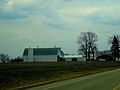 White Barn wiith a Green Roof - panoramio.jpg