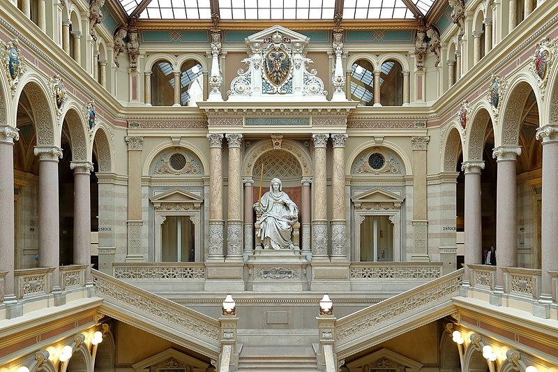 File:Wien - Justizpalast, Stiege mit Justitia.JPG