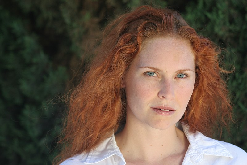 Datei:Woman redhead natural portrait.jpg