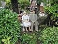 Wuppertal, Lüntenbecker Weg 37, Steinskulpturen eines Rentnerpaares auf der Gartenbank.jpg