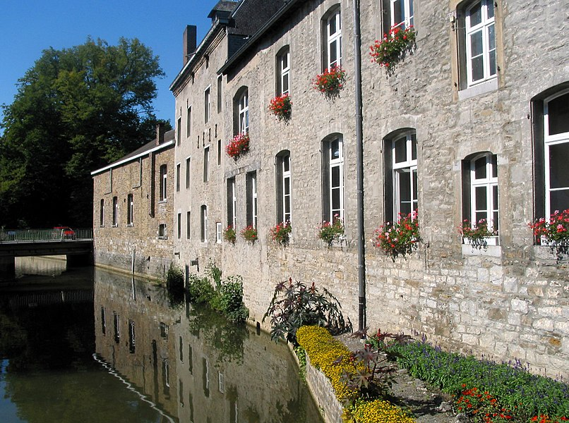Yvoir   (Belgium), the Bocq river alongside the south wing of the communal house