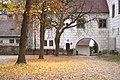 Zvíkov, spadané listí.jpg