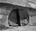 """""""K?lonja"""" (vhod v lopo in nato na """"borjač"""") pri Kmetovih, Gradišče 1955 (cropped).jpg"""