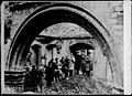 Étudiants dans les ruines de la bibliothèque de l'université de Louvain.jpg