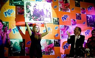 Elena Paparizou - Paparizou receiving the platinum certification for Vrisko To Logo Na Zo.