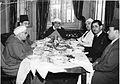 الشيخ محمد الفاضل ابن عاشور ضيفا على مائدة الأمير عبد الكريم الخطابي في رحلة له إلى القاهرة.jpg