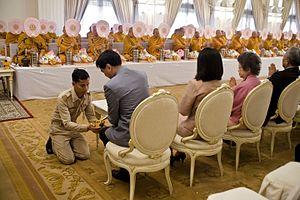 Transfer of merit - Image: กรวดน้ำ นายกรัฐมนตรีและภริยา เป็นประธานในพิธีถวาย ภัต Flickr Abhisit Vejjajiva