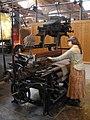 152 mNACTEC, la Fàbrica Tèxtil, nena en un teler de garrot.jpg