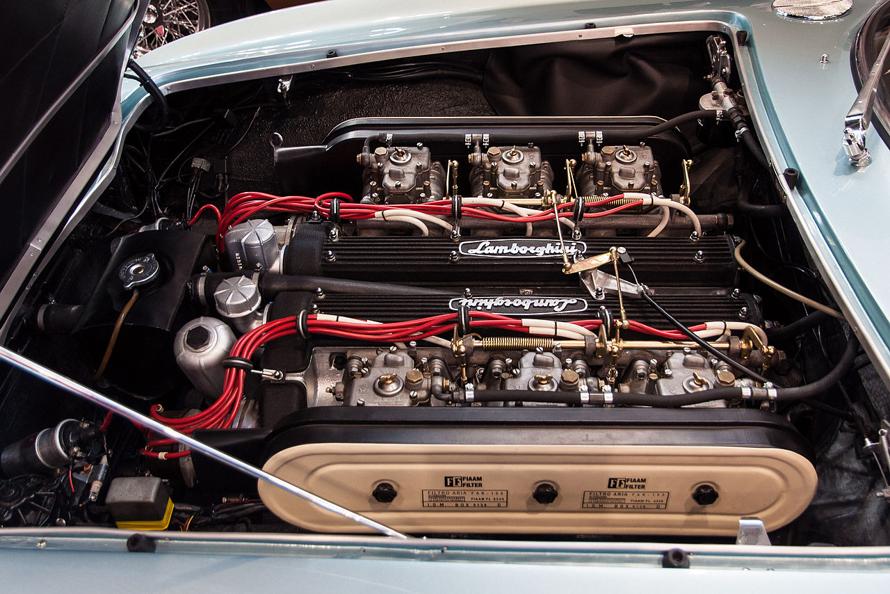 https://upload.wikimedia.org/wikipedia/commons/thumb/7/7b/1966_Lamborghini_400_GT_2%2B2_engine.jpg/1280px-1966_Lamborghini_400_GT_2%2B2_engine.jpg
