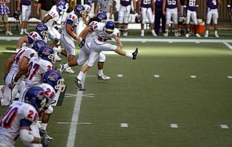 2007 Hawaii Bowl - Boise State begins the second half by kicking off the ball.