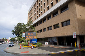 Fremantle Hospital - Main entrance with sign warning about closures