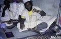 ASC Leiden - van Achterberg Collection - 1 - 277 - Un marchand de perles haoussa avec une balance sur le marché - Nouakchott, Maurétanie - 9-29 novembre 1996.tif