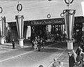 Aankomst koningin Juliana en prins Bernhard op de grens VoorburgDen Haag voor h, Bestanddeelnr 900-0002.jpg