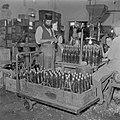 Arbeiders bezig met het kurken van wijnflessen in de Rothschild wijnkelders te R, Bestanddeelnr 255-1607.jpg