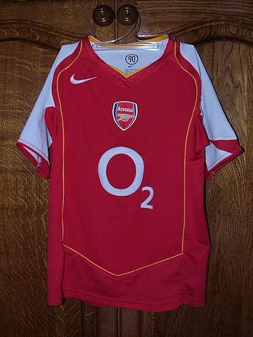quality design b4efc 0585f File:Arsenal FC home kit 2004-05.jpg - Wikimedia Commons