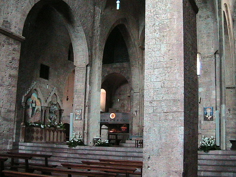 File assisi san pietro interno jpg wikimedia commons for Interno san pietro