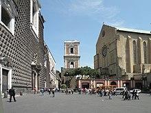 Basilica di Santa Chiara (sağda) .jpg