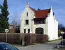 Villa mit Gartengrundstück und straßenseitiger Einfriedung