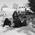Bedoeïenenvrouwen, zittend in de schaduw bij hun ezels, Bestanddeelnr 255-3431.jpg