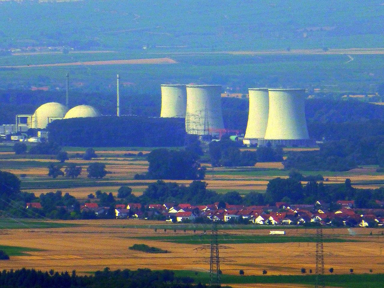 Bensheim-Auerbach – Schloss Auerbach – Blick auf das AKW Biblis - panoramio.jpg