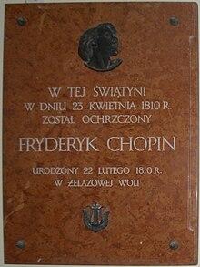 Gedenktafel in der Kirche des Heiligen Rochus und Johannes des Täufers von Brochów, mit dem Schriftzug:In diesem Gotteshauswurde am 23.April 1810Fryderyk Chopin getauftgeboren am 22.Februar 1810in Żelazowa Wola. (Quelle: Wikimedia)
