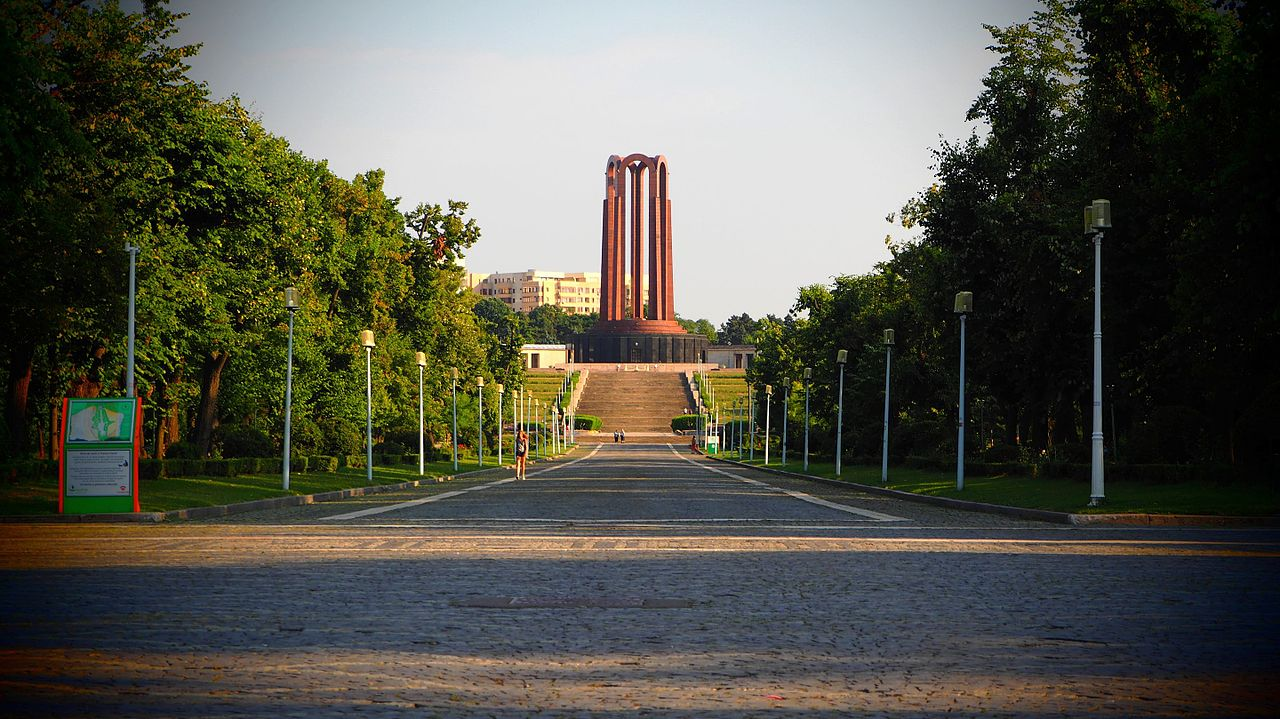 1280px-Bucharest_-_Carol_Park_%282016280