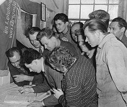 "Bundesarchiv Bild 183-77625-0001, Brigade Komsomol"" schreibt an den Staatsrat"".jpg"