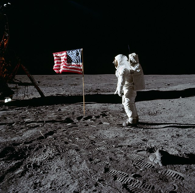 640px-Buzz_Aldrin_and_the_U.S._flag_on_t