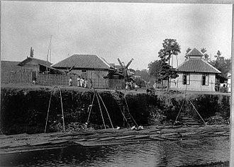 Kwitang - Kampung Kwitang by the Ciliwung in 1910s.
