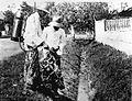 COLLECTIE TROPENMUSEUM Bestrijding van malaria; 'petrolisatie' van afwateringsgoot, Java. TMnr 60013008.jpg