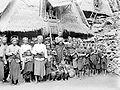 COLLECTIE TROPENMUSEUM De bevolking van Do÷ Donggo voor een kamponghuis TMnr 10005958.jpg