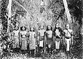 COLLECTIE TROPENMUSEUM Een groep mannen en vrouwen uit het Honitetoe-gebied West-Ceram TMnr 10005707.jpg