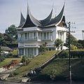 COLLECTIE TROPENMUSEUM Moderne villa in Minangkabau architectuurstijl TMnr 20018418.jpg