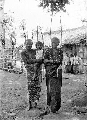 Osing people - Image: COLLECTIE TROPENMUSEUM Portret van drie generaties vrouwen in Blambangan Oost Java T Mnr 10026837