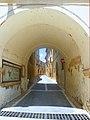 Carrer de la Closa, sota arcs, a Montbrió - panoramio.jpg