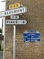 Chérancé (Sarthe) hameau La Croix, plaque de cocher et panneaux routiers.jpg