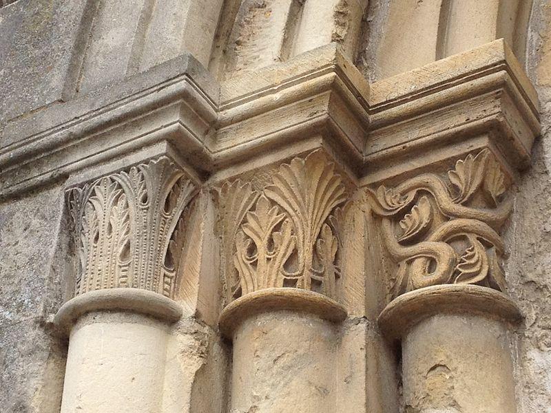 Chapiteaux gauche de l'entrée de la chapelle.