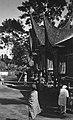 Collectie NMvWereldculturen, TM-60020577, Foto- 'Rijstschuren naast een Minangkabau huis bij Fort de Kock', fotograaf onbekend, 1926.jpg
