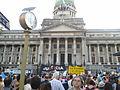 Congreso, reloj y manifestantes.jpg